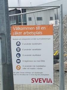 """Tavlan där Svevia välkomna till en """"säker  arbetsplats"""" finns vid bygget på Landvetter – en arbetsplats där personalen hittat 150 kilo dynamit bland stenmassorna där de gräver och arbetar varje dag."""